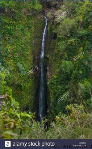 waterfall on the hana road a rugged path that goes around haleakala and along the back side of the extinct volcano on maui hawaii xdc69j ROAD TO HANA   VOLCANOS And WATERFALLS IN MAUI HAWAII